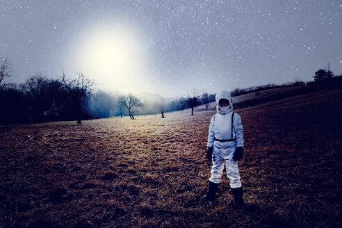 Boy wearing white space suit, starry sky - HMEF00200