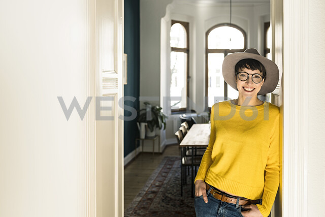 Portrait of smiling stylish woman at home - SBOF01776 - Steve Brookland/Westend61