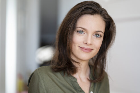 Portrait of smiling woman with brown hair - DIGF05840
