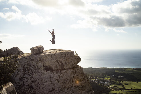 Spanien, Andalusien, Tarifa, Frau auf Felsvorsprung, Meer - KBF00504