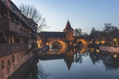 Germany, Nuremberg, view to Pegnitz River, Kettensteg, Fronveste and Schlayerturm at dusk - KEBF01158