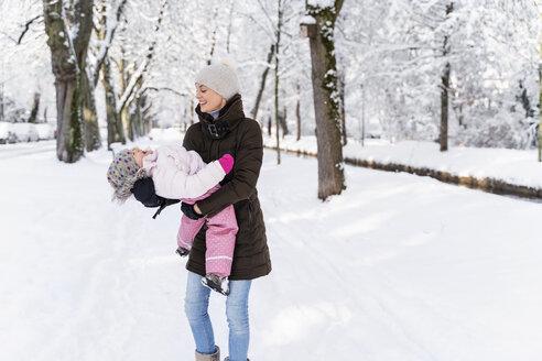 Deutschland, München, W36, Tochter 2 Jahre, Winter, Schnee, Natur - DIGF05867