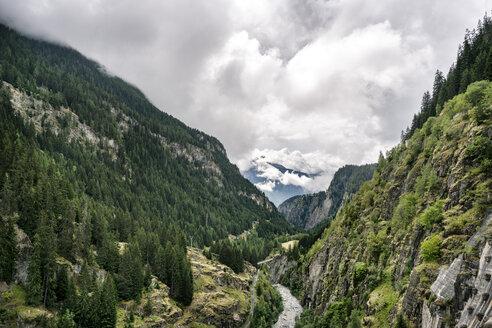 Schweiz, Kanton Wallis, Wanderung von Blatten über Stauseemauer zur Riederalm. - DMOF00106