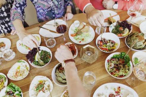 High angle view of friends having meze at table in Lebanese restaurant - ASTF03922