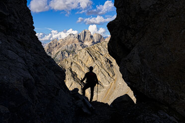 Italy, Veneto, Dolomites, Alta Via Bepi Zac, mountaineer standing on Costabella mountain - LOMF00811