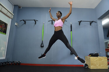 Woman jumping in a gym - ECP00533