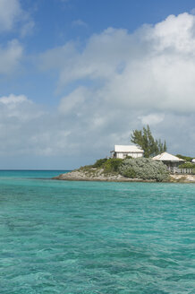 Caribbean, Bahamas, Exuma, little hotel on a caye in the turquoise waters - RUNF01321