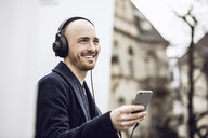 Man wearing headphones, listening music - MCF00027