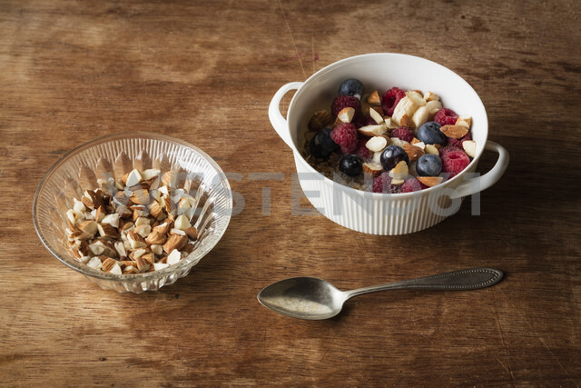Cereals with almond milk, nuts and berries, vegan - EVGF03414