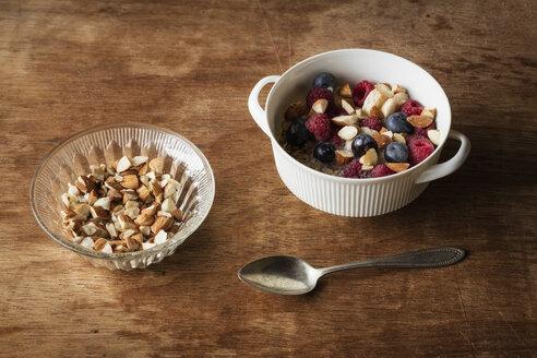 Studio, Frischkornmüsli mit Mandelmilch, Nüssen und Beeren, vegan - EVGF03414