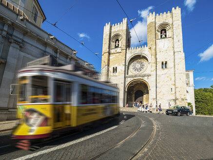 Portugal, Lisbon, yellow tram in front of Catedral Sé Patriarcal - AM06797