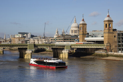 UK, London, City of London, River Thames, railway bridge and Cannon Street station, St. Paul's Cathedral - WI03828