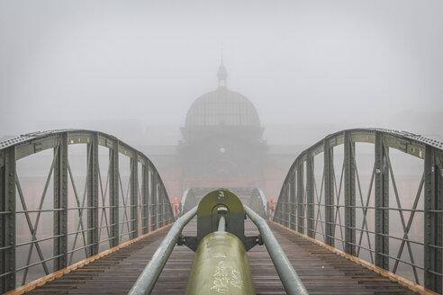 Germany, Hamburg, fish market hall Altona in fog - KEBF01178