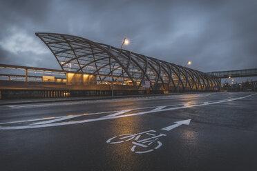 Germany, Hamburg, new subway station Elbbruecken in the evening - KEBF01196