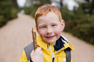 Portrait of redheaded little boy with wood stick - NMS00297