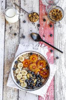 Müsli mit Banane, Blaubeeren, Blutorange, Kokosraspeln, Milch - SARF04123