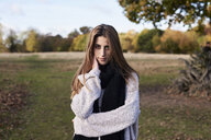 Portrait of beautiful young woman in a park - IGGF00823