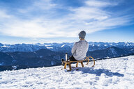 Germany, Bavaria, Brauneck, man in winter in the mountains having a break - DIGF05912
