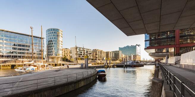 Germany, Hamburg, HafenCity, Sandtorhafen and modern residential houses - WDF05143