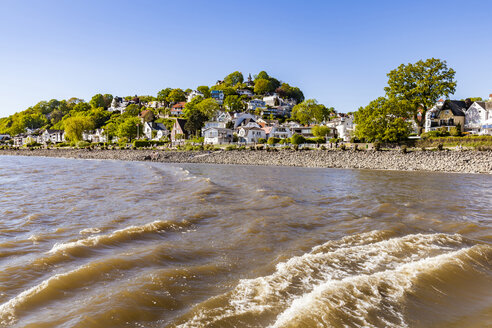 Germany, Hamburg, Blankenese, residential houses at the Elbe shore seen from the water - WDF05170