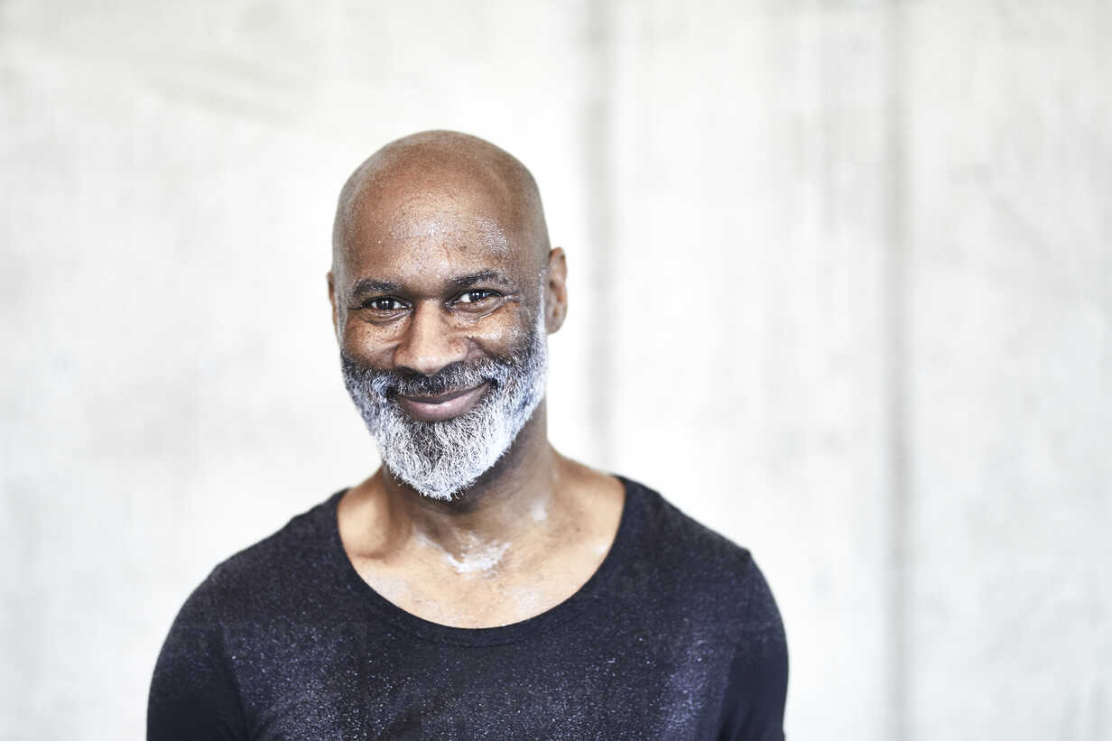 Portrait of sweating bald man with grey beard - FMKF05422 - Jo Kirchherr/Westend61