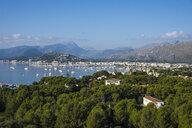 Spain, Baleares, Mallorca, Port de Pollenca, bay with sailing boats - RUNF01434