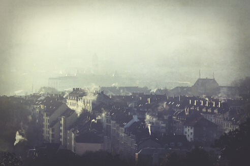 Germany, Wuppertal, Nordstadt, houses  on a hazy winter morning - DWIF00976