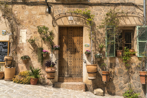 Spain, Balearic Islands, Majorca, Valldemossa, floral decoration and front door - PC00402