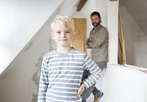 Deutschland, NRW, Haus, Baustelle, Dach, Dachboden, Holz, Dachausbau, Dachschraege, Portrait, Junge, Vater, Sohn - MFRF01181