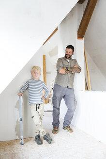 Deutschland, NRW, Haus, Baustelle, Dach, Dachboden, Holz, Dachausbau, Dachschraege, Portrait, Junge, Vater, Sohn - MFRF01184