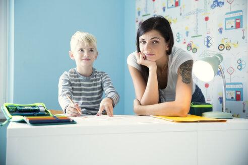 Deutschland, NRW, Haus, Kinderzimmer, Junge, Schreibtisch, Stifte, Hausaufgaben, - MFRF01214