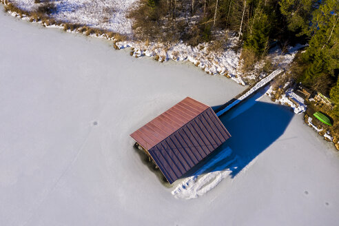 Germany, Bavaria, Allgaeuer Alps, Hopfensee in winter, boathouse - STSF01876