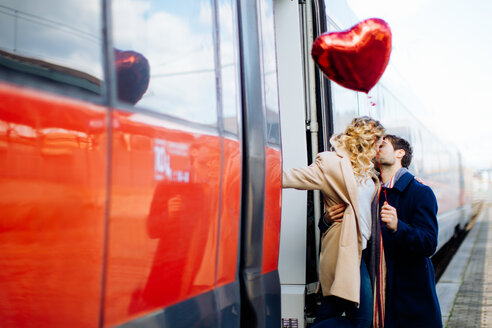 Couple kissing beside train, Firenze, Toscana, Italy - CUF49443