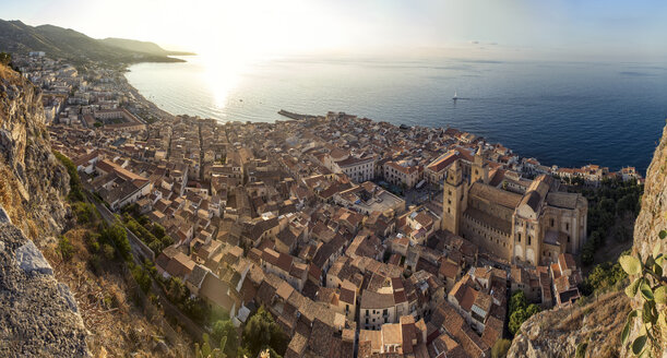 Sicily, Cefalu, View to old town of Cefalu from Rocca di Cefalu - MAMF00460
