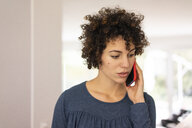 Young woman talking on the phone, portarit - JOSF03115