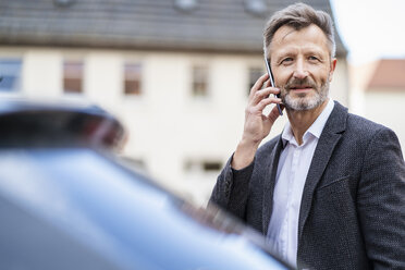 Portrait of mature businessman on the phone - DIGF06029