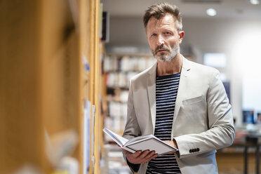 Portrait of mature man in a bookshop - DIGF06038