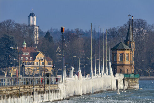 Germany, Baden-Wuerttemberg, Lake Constance, Constance, ice floes and ice formations at the frozen pier and port entrance with lighthouse - SH02100