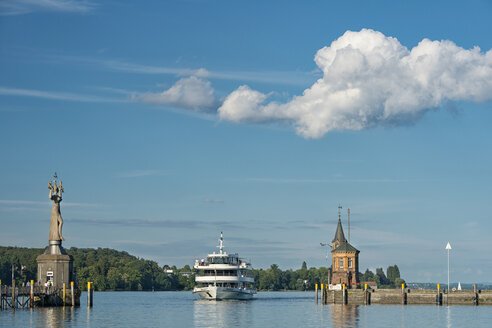 Germany, Baden-Wuerttemberg, Lake Constance, Constance, ship and lighthouse at the port entrance - SH02106