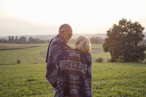 älteres Paar genießt den Sonnenuntergang, Senioren, quality time,  München, Bayern, Deutschland - MAMF00479