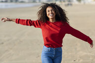 Portrait of laughing young woman on the beach - JSMF00818