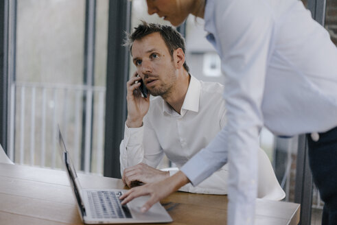 Business people working in office, man talking on the phone - JOSF03232