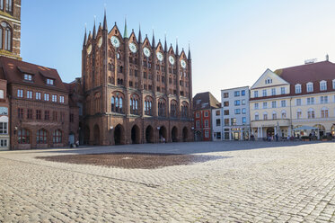 Germany, Mecklenburg-Western Pomerania, Stralsund, Old town, Townhall, old market - MAMF00495