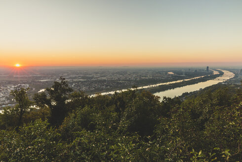 Austria, Vienna, view from Kahlenberg at sunrise - AIF00625