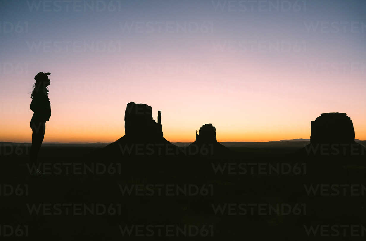 USA, Utah, Monument Valley, silhouette of woman with cowboy hat enjoying sunrise - GEMF02883 - Gemma Ferrando/Westend61