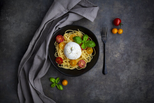 Spaghetti with tomatoes, burrata and basil leaves, from above - LVF07873