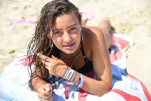 Die Niederlande, Holland, Teenager mit nassen Haaren am Strand - Keywords: Strand, Mädchen, Bikini, nasse Haare - MIZF00799