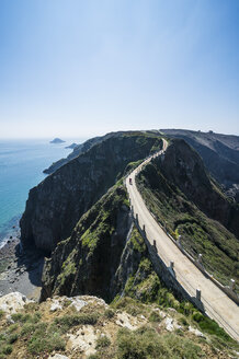 United Kingdom, Channel islands, road connecting the narrow isthmus of Greater and Little Sark - RUNF01531