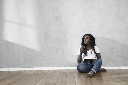 dunkelhäutige Frau Lifestyleportraits - FMKF05531