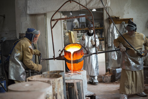 Art foundry, Foundry workers casting - BFRF01991